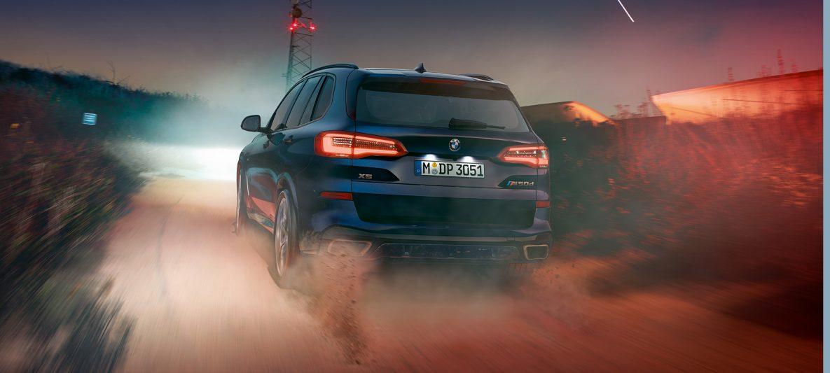 BMW X5 M50d mit M Dachspoiler G05 Carbonschwarz metallic Heckansicht