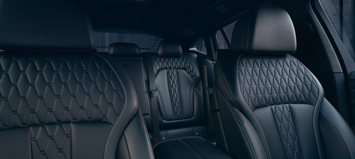 Innenraum mit Fokus auf die Sportsitze des BMW X6 M50i M50d