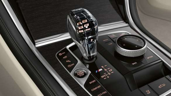 BMW 8er Cabrio mit exklusive Glasapplikation 'CraftedClarity' am Gangwahlschalter