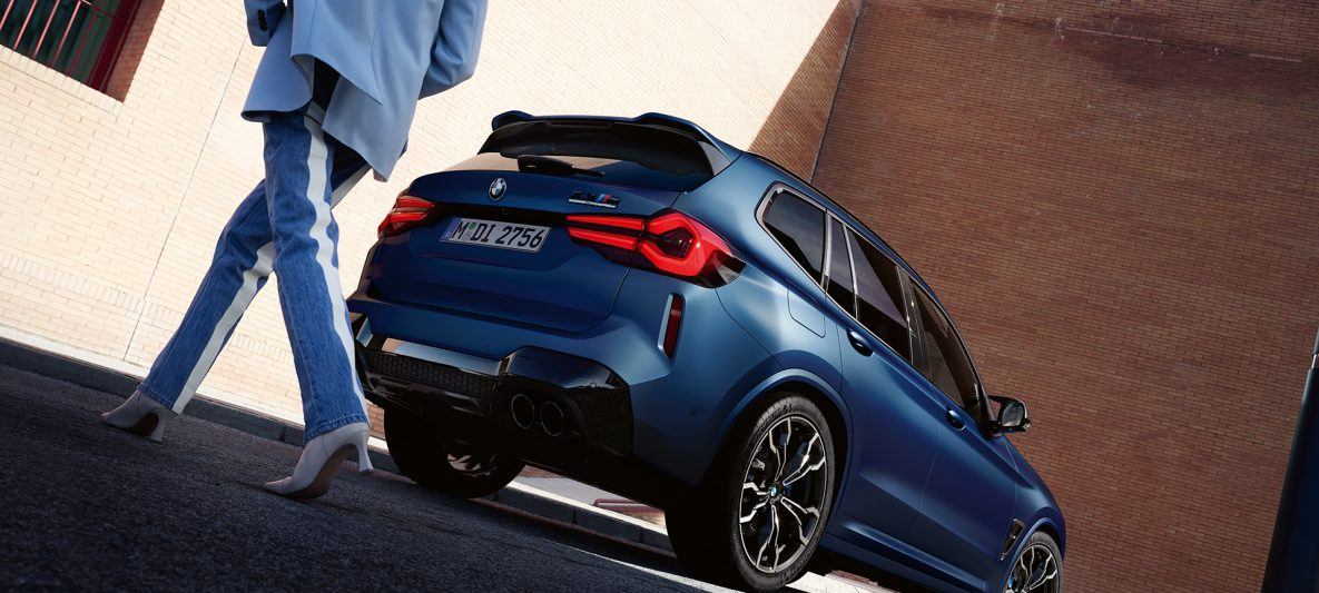 BMW X3 M Competition F97 LCI Facelift 2021 Frozen Marina Bay Blau metallic Dreiviertel-Heckansicht mit Model Froschperspektive